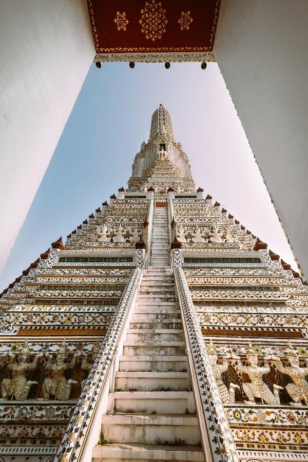 La torre principal del templo de Wat Arun es la torre central del Khmer-estilo del prang que se encrusta con porcelana colorida B foto de archivo