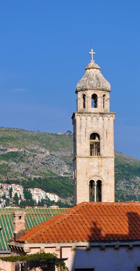 La torre sotto un cielo blu - monastero domenicano immagini stock