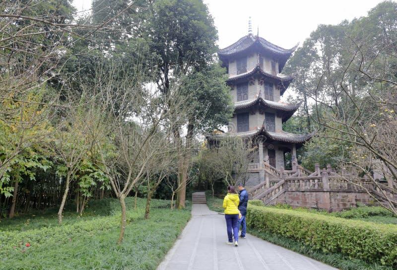 La torre vieja de Du Fu cubri? con paja el parque de la caba?a, adobe rgb fotos de archivo