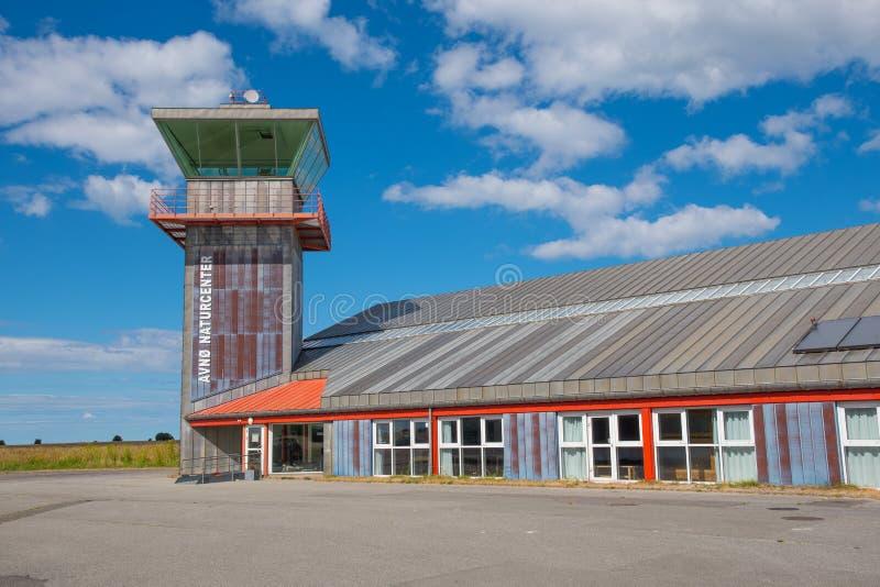 La torre y el terminal de control en la base aérea militar ahora abandonada Avnoe en Dinamarca foto de archivo