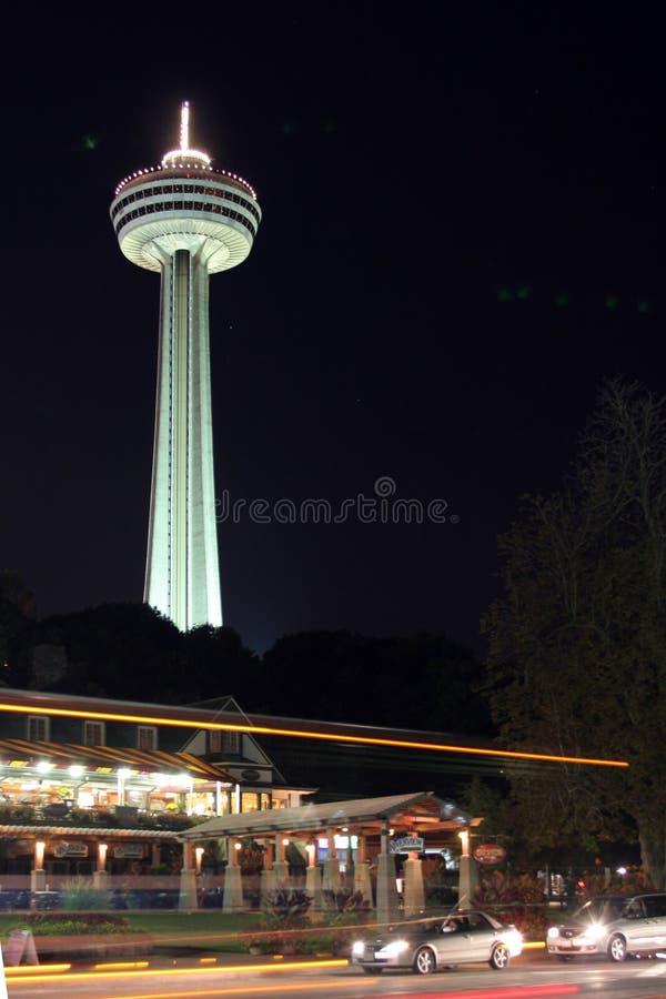 La torretta di Skylon, Niagra cade, il Canada, alla notte fotografia stock