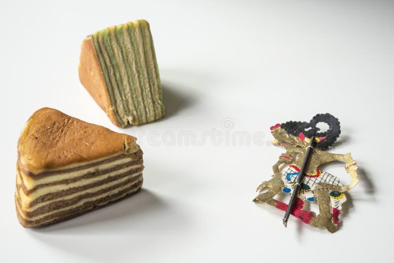 La torta acodada multi llamó 'legit del lapislázuli 'o el 'spekkoek 'y la muñeca del wayang de Indonesia imágenes de archivo libres de regalías