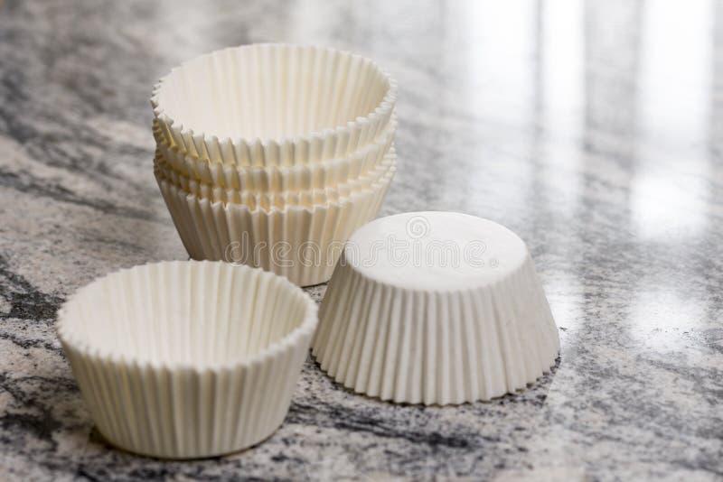 La torta blanca vacía de la taza encajona los envases en el fondo gris del mármol del granito imagen de archivo