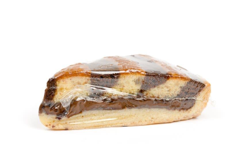 La torta con la crema del chocolate envuelta en nilón imagen de archivo libre de regalías
