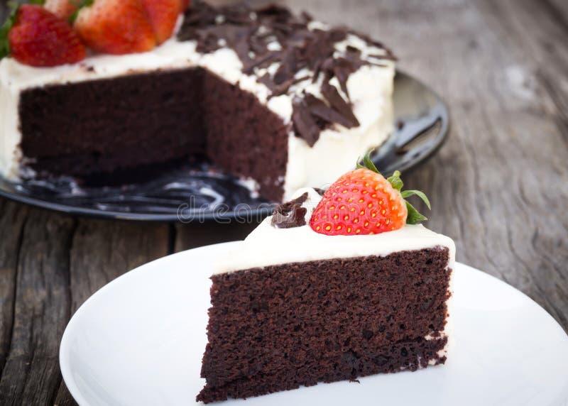 La torta de chocolate adorna con la nata montada, chocolate cortado fotos de archivo libres de regalías