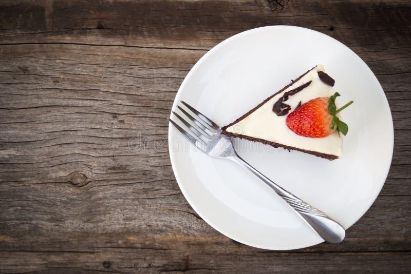La torta de chocolate adorna con la nata montada, chocolate cortado imagen de archivo