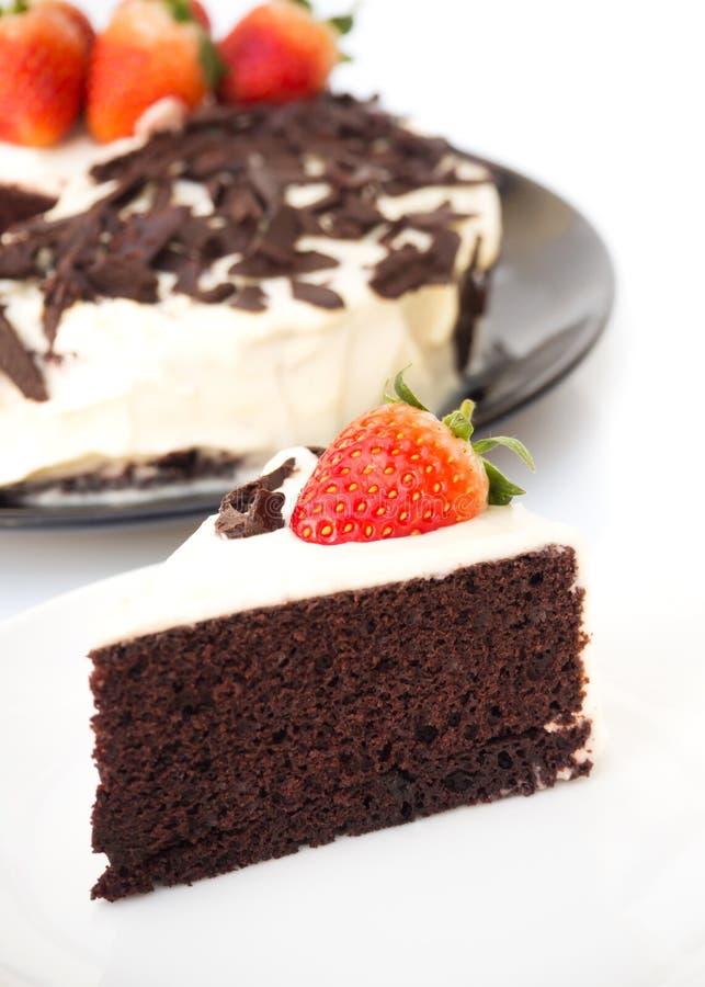 La torta de chocolate adorna con la nata montada, chocolate cortado imágenes de archivo libres de regalías