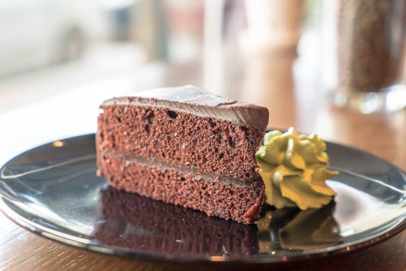 la torta de chocolate con té verde azotó la crema fotografía de archivo libre de regalías