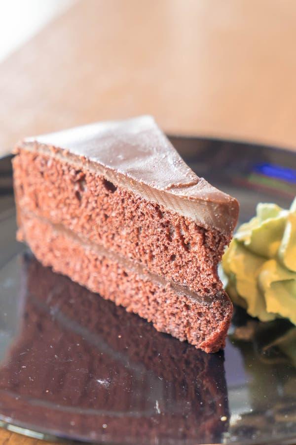 la torta de chocolate con té verde azotó la crema imagen de archivo