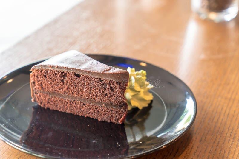la torta de chocolate con té verde azotó la crema fotos de archivo libres de regalías