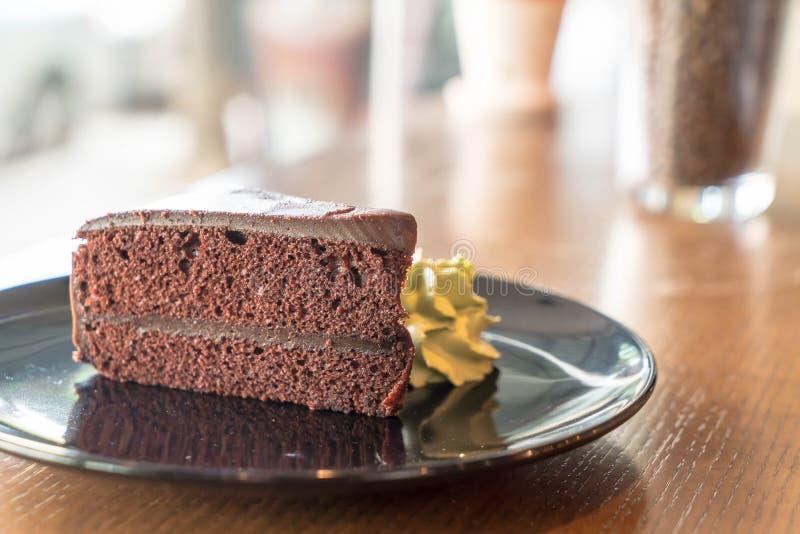la torta de chocolate con té verde azotó la crema fotos de archivo