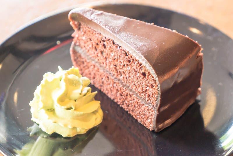la torta de chocolate con té verde azotó la crema fotografía de archivo