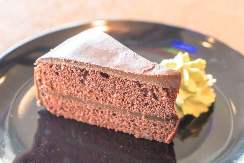 la torta de chocolate con té verde azotó la crema imagen de archivo libre de regalías