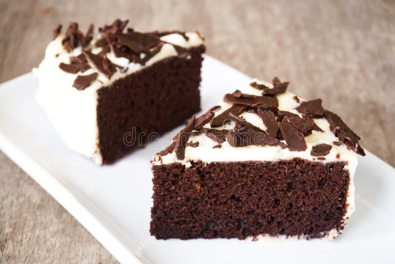 La torta de chocolate cortada adorna con la nata montada, choco cortado fotos de archivo libres de regalías
