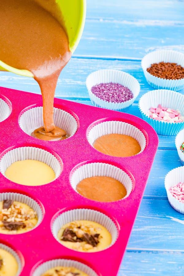 La torta de colada en el silicón moldea foto de archivo libre de regalías