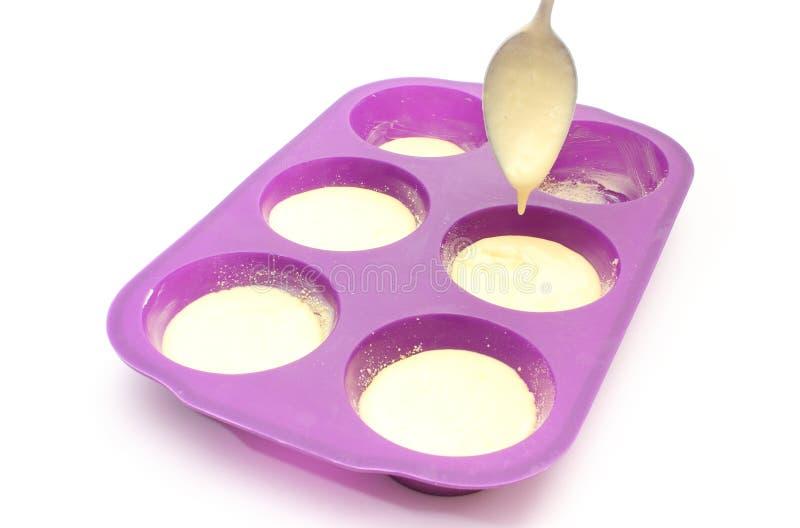 La torta de colada en el silicón moldea. Fondo blanco fotos de archivo