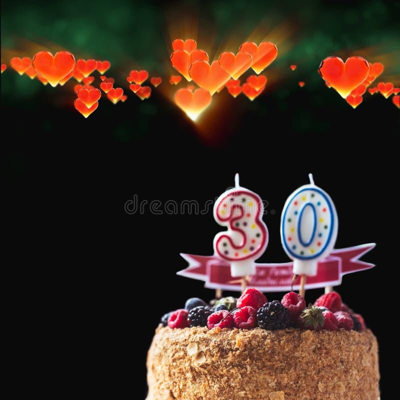 La torta de cumpleaños de la zarzamora de las frambuesas con las velas numera 30 en fondo y copyspace negros para su texto geomét libre illustration