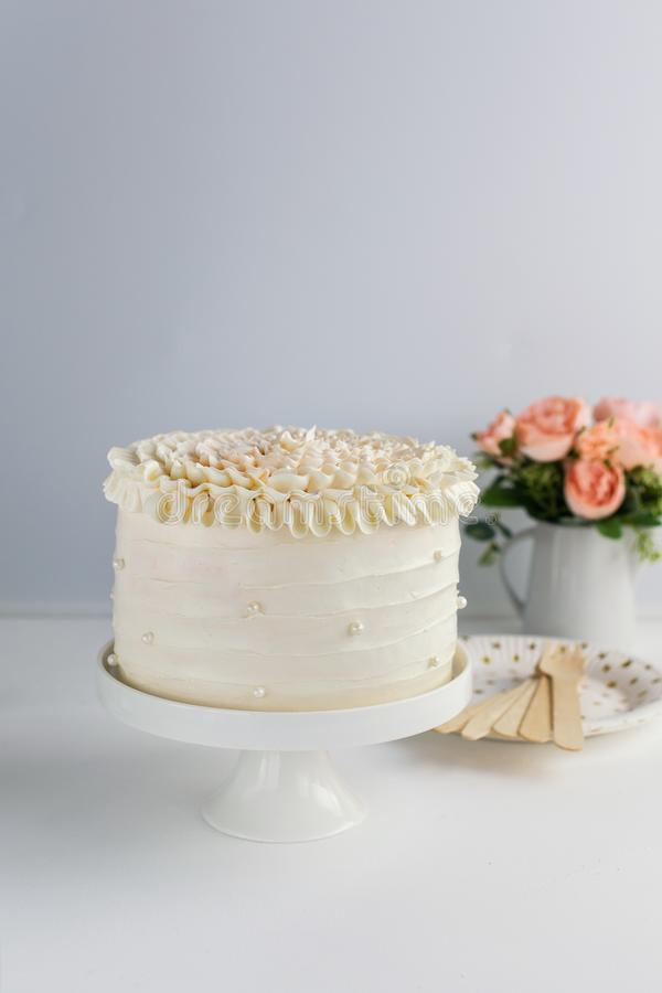 La torta de cumpleaños hermosa adorna con las perlas comestibles en el fondo neutral blanco Copie el espacio Concepto de la celeb foto de archivo libre de regalías