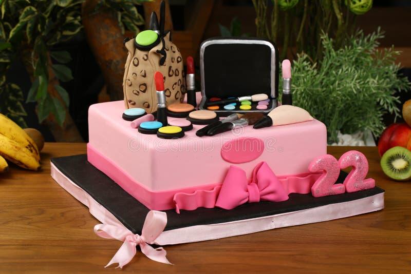 La torta de la fiesta de cumpleaños de los niños - los cosméticos y compone concepto material imagenes de archivo