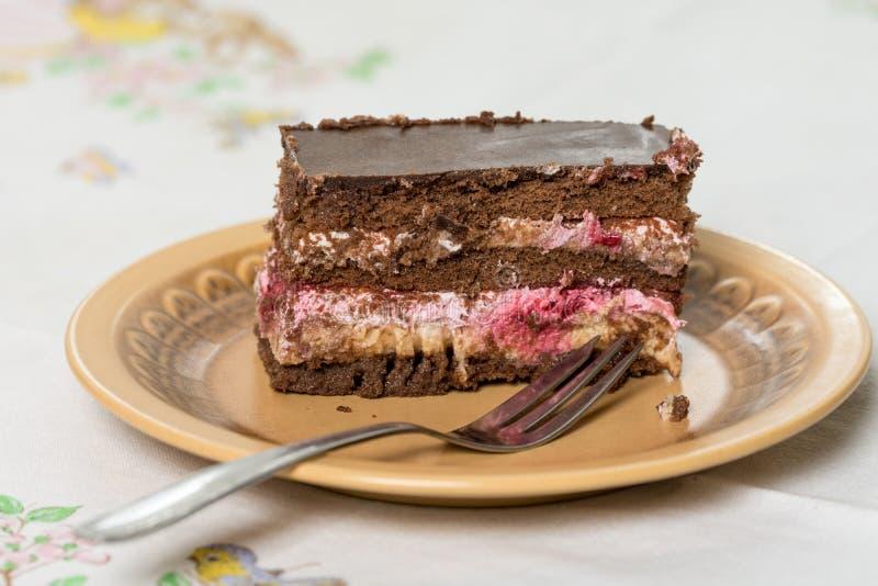 La torta de la fruta con el chocolate sirvió en la placa con la bifurcación en ella fotos de archivo