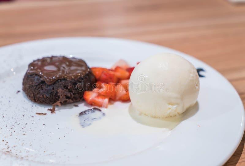 La torta de la lava del chocolate fijó con helado y la fresa foto de archivo libre de regalías
