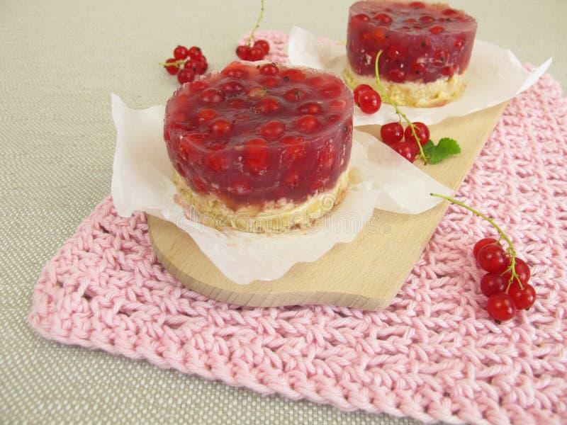 La torta de la pasa roja con la galleta desmenuza la corteza sin cocer imagen de archivo
