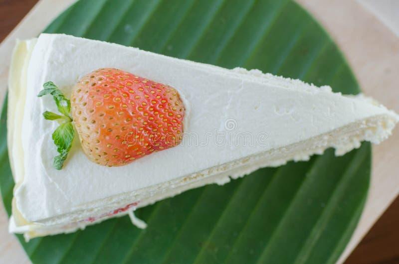 La torta del crepé de la fresa en la placa de madera y alista a servido foto de archivo libre de regalías