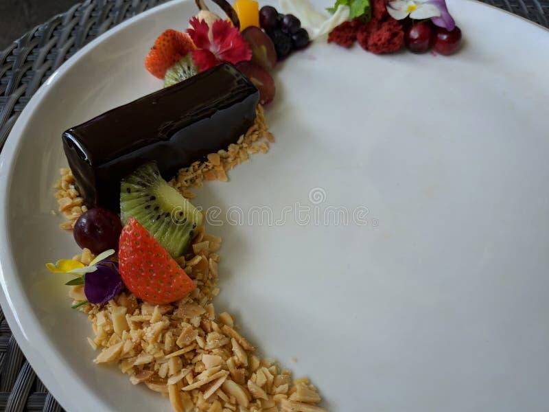 La torta del mousse de chocolate del dulzor sirvió con buen platear fotografía de archivo libre de regalías