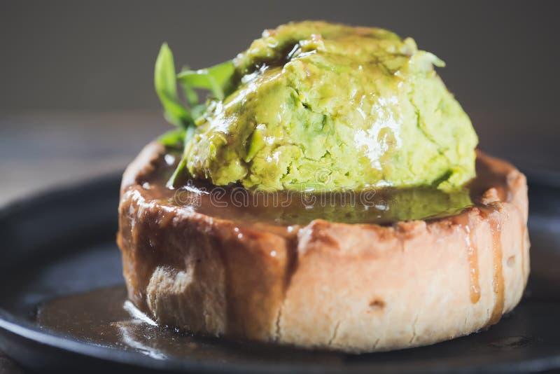 La torta di cacciagione con la carne dell'anatra nel piatto di servizio con i piselli passa e le foglie degli spinaci si chiudono fotografie stock libere da diritti