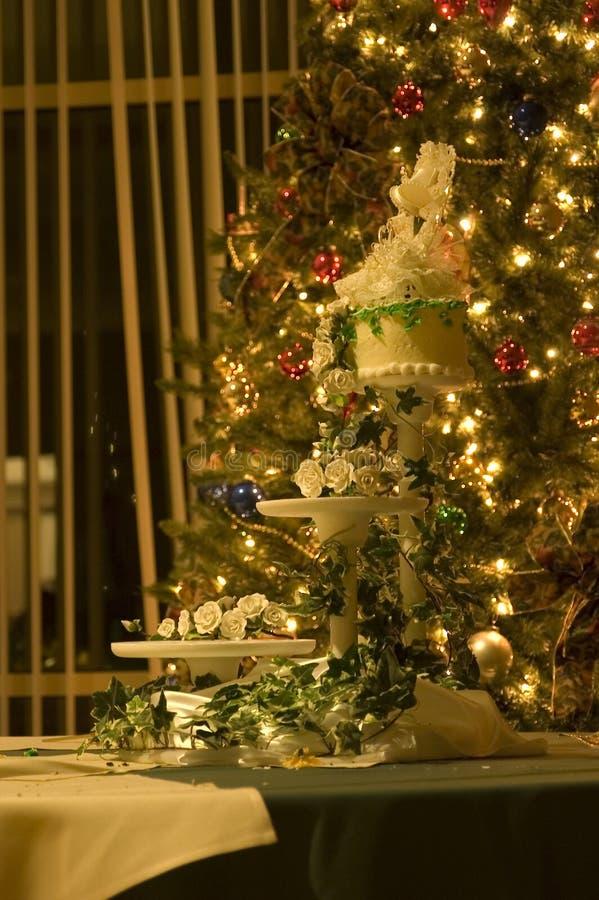 La torta di cerimonia nuziale è servito immagine stock