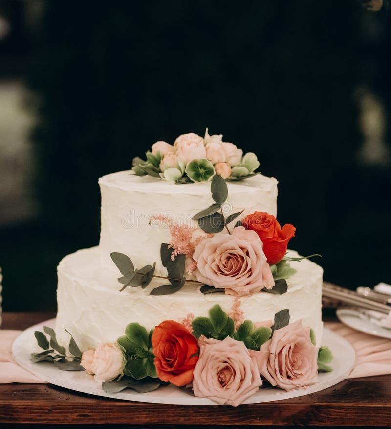 La torta di compleanno ha decorato le nozze di compleanno della celebrazione dei fiori fotografia stock libera da diritti