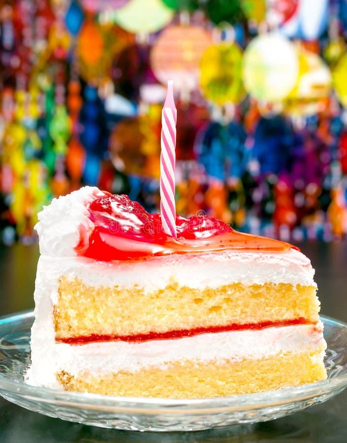 La torta di compleanno significa la crema delle fette e delizioso affettati immagini stock