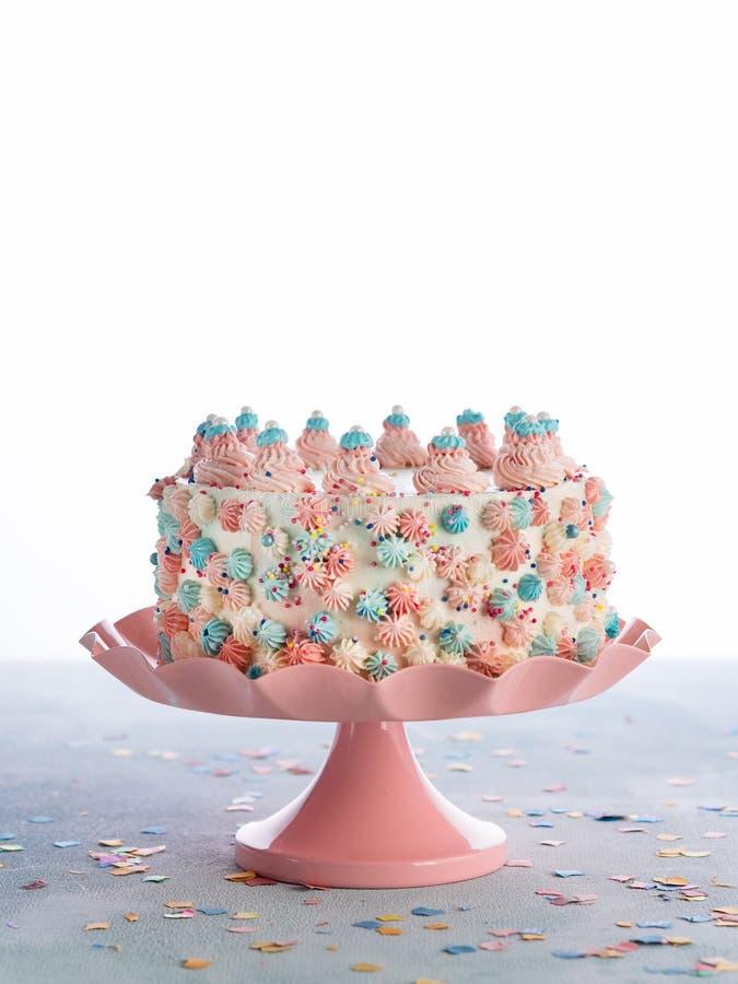 La torta di compleanno variopinta con spruzza sopra fondo bianco Concetto della festa di compleanno di Childs di celebrazione immagini stock
