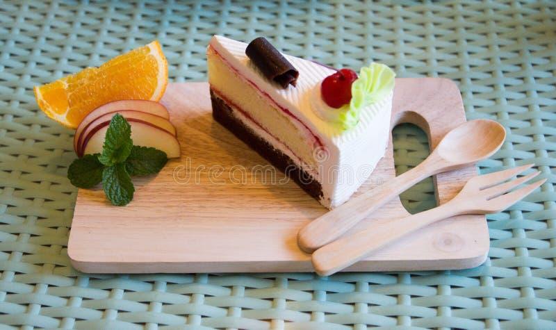 La torta di formaggio è disposta su un vassoio di legno fotografia stock libera da diritti