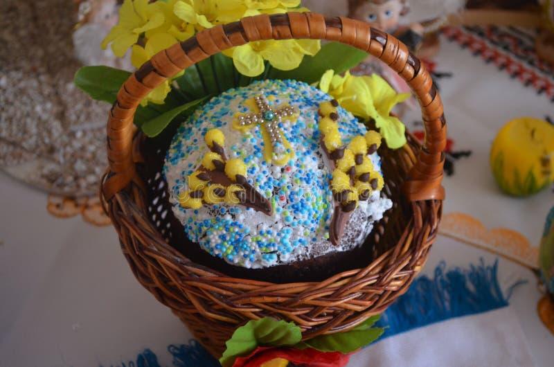 La torta festiva de Pascua está en una cesta marrón fotos de archivo libres de regalías