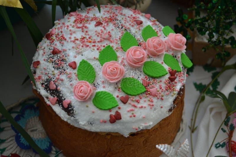 La torta festiva se adorna con pasta bajo la forma de rosas rojas imagen de archivo libre de regalías