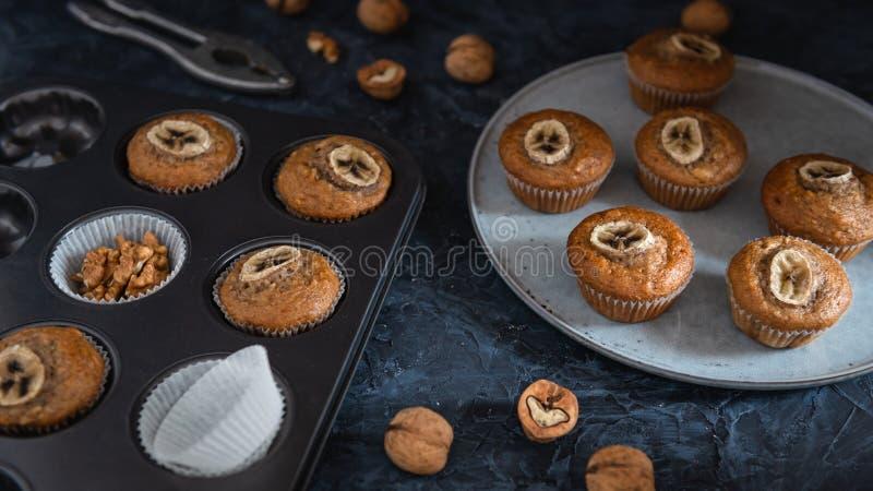 La torta fresca de la taza del pl?tano de la panader?a caliente del horno, hogar hizo la comida foto de archivo