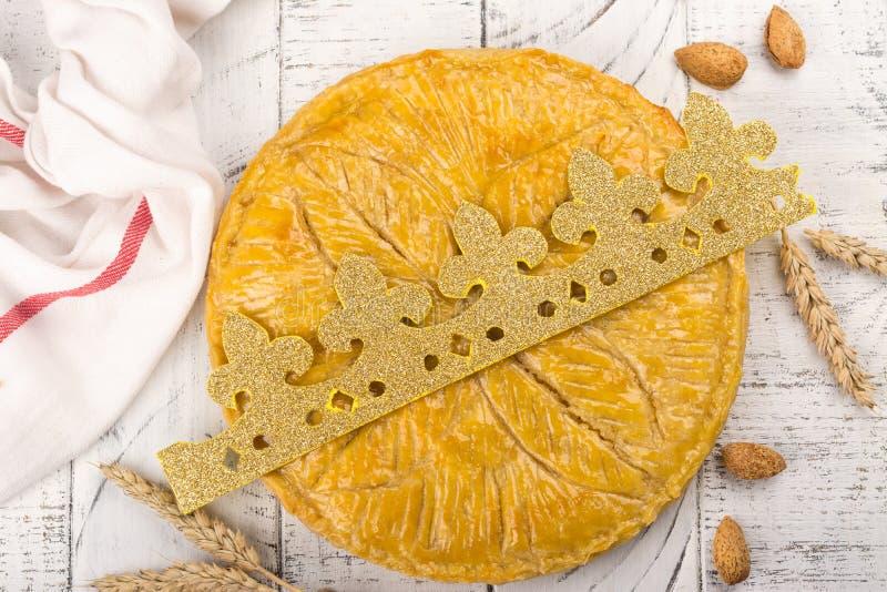 La torta hecha en casa del DES Rois de Galette con los reyes hechos a mano corona Torta francesa tradicional de la epifanía con l fotos de archivo libres de regalías