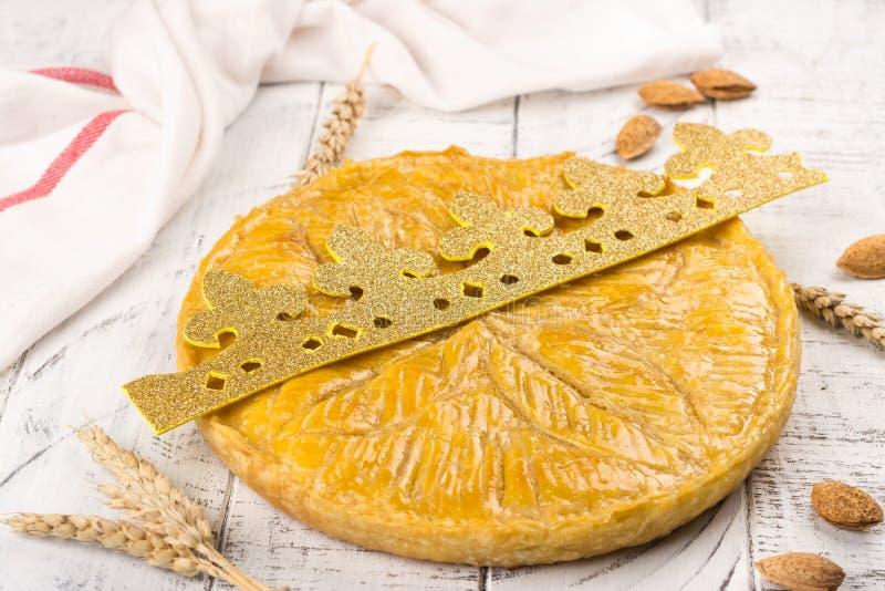 La torta hecha en casa del DES Rois de Galette con los reyes hechos a mano corona Torta francesa tradicional de la epifanía con l fotografía de archivo libre de regalías