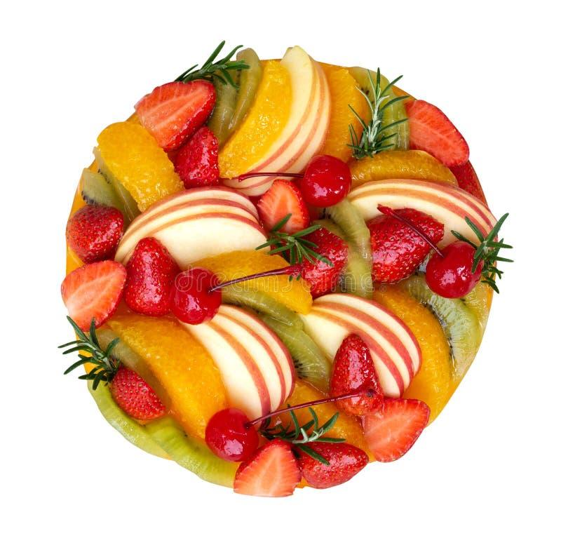 La torta mezclada hecha en casa de las frutas, fresa anaranjada de la manzana, opinión superior de la cereza aislada en el fondo  fotografía de archivo