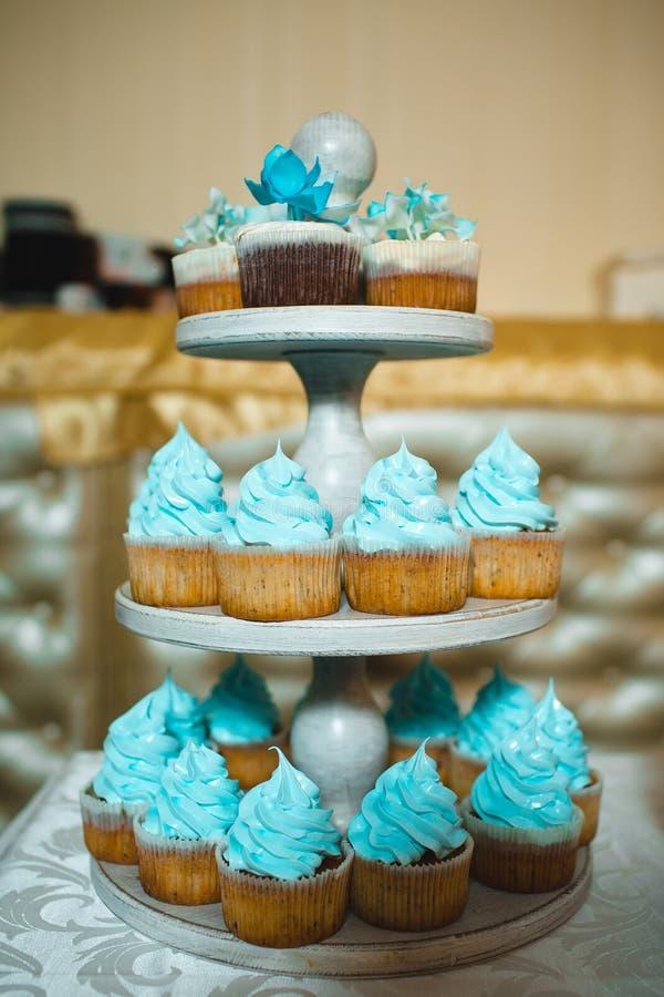 La torta nunziale è servita agli ospiti fotografie stock
