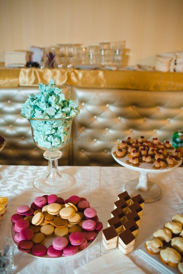 La torta nunziale è servita agli ospiti fotografie stock libere da diritti