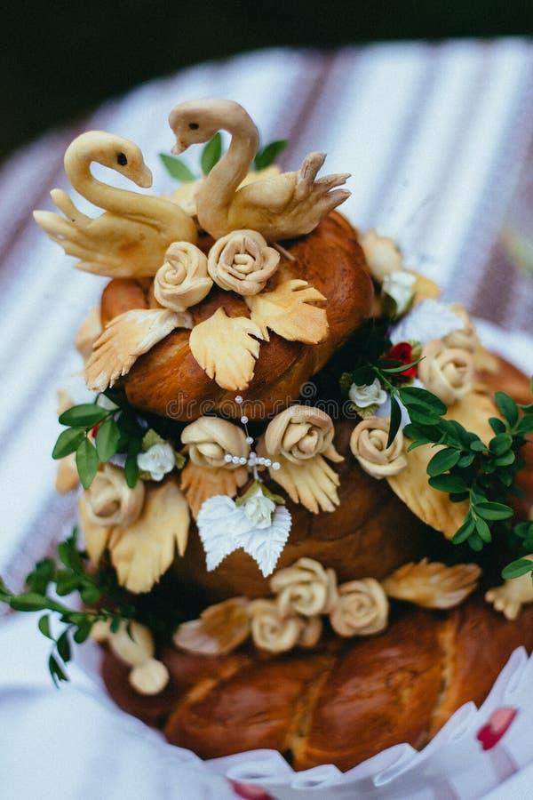 La torta nunziale è servita agli ospiti fotografia stock