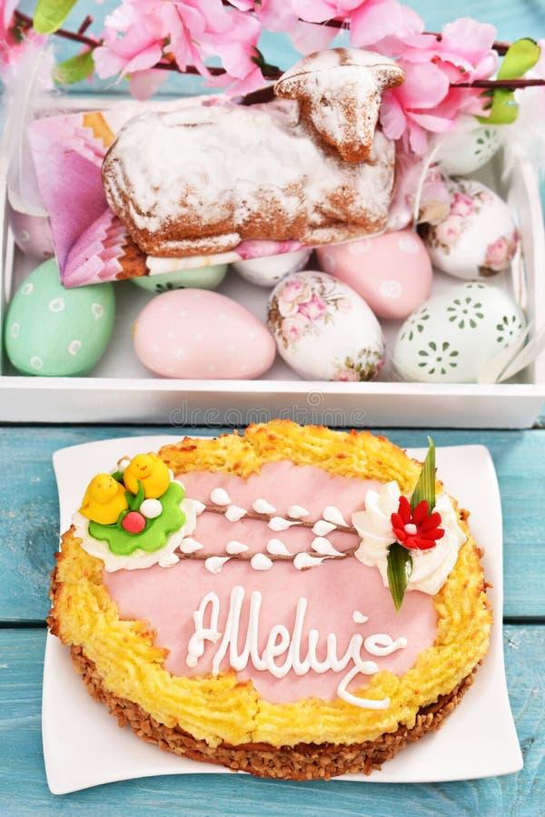 La torta tradicional de pascua llamó la torta de la forma del mazurek y del cordero en la tabla fotografía de archivo libre de regalías