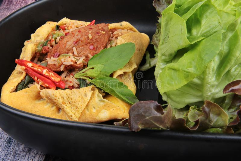La tortilla frió albahaca picante con el cerdo, berenjena, lentejas, acacia, ji foto de archivo libre de regalías