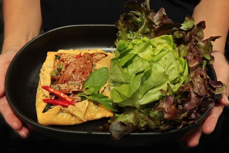 La tortilla frió albahaca picante con el cerdo, berenjena, lentejas, acacia, ji fotografía de archivo libre de regalías