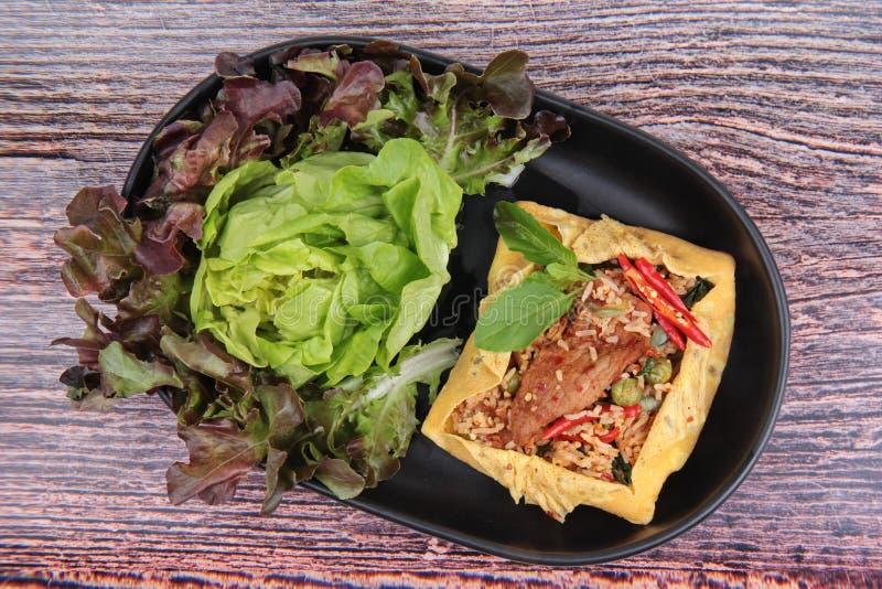 La tortilla frió albahaca picante con el cerdo, berenjena, lentejas, acacia, ji foto de archivo