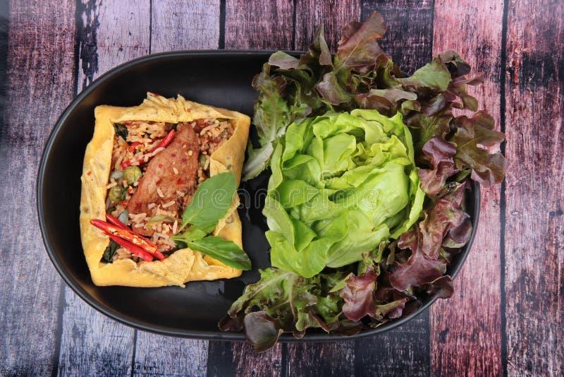 La tortilla frió albahaca picante con el cerdo, berenjena, lentejas, acacia, ji fotos de archivo