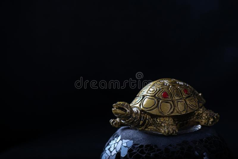 La tortue est un symbole de fond noir de bouddhisme photographie stock