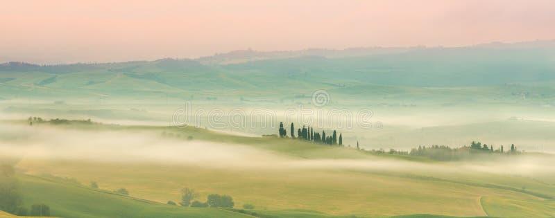 La Toscana nebbiosa fotografie stock libere da diritti